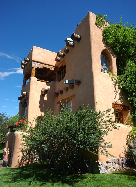 Thom wheeler s adobe studio and house taos new mexico for Building an adobe house